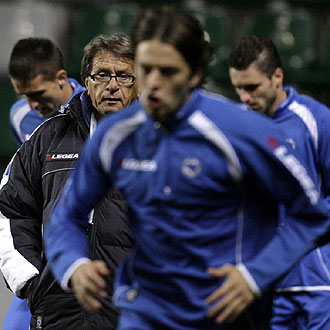 Miroslav Blazevic, seleccionador de Bosnia-Herzegovina, durante un entrenamiento de la semana pasada previo al decisivo choque en Estonia