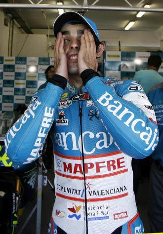 Sim�n, en el bos de su equipo en Estoril.
