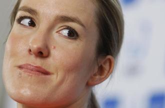 Primer plano de Justine Henin en rueda de prensa.