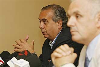 Jos� Luis S�ez y Jos� Luis Esca�uela durante el desayuno con la prensa deportiva sevillana.