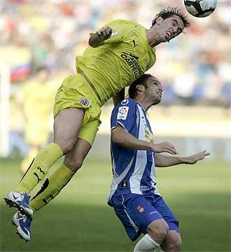 God�n despeja en presencia del espanyolista Iv�n Alonso.