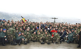 La selección española posa con los soldados en Bosnia