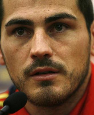 Primer plano de Iker Casillas, durante una rueda de prensa con la selección
