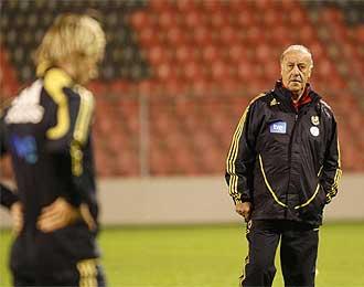 Del Bosque mira a Torres durante el entrenamiento de este martes en el escenario del partido.