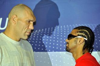 Valuev y Haye se retan en una conferencia de prensa.