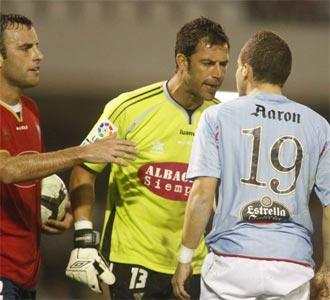 Notario se encara con Aaron �iguez en el partido Celta - Albacete