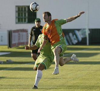 Fernando Vega disputa un bal�n durante un entrenamiento del Betis.
