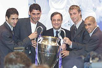 Florentino, rodeado de los capitanes del Real Madrid, con la Champions conquistada en Glasgoew en 2002.