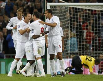 Los jugadores ingleses celebran un tanto.
