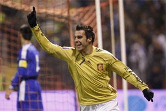 Álvaro Negreso celebra uno de sus dos goles ante Bosnia.