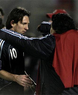 Leo Messi recibe el consuelo de Maradona tras ser sustituido ante Uruguay