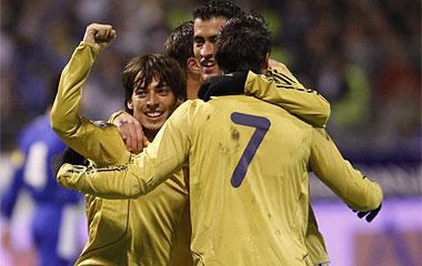 Los españoles celebran uno de los goles