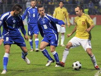 Iniesta caracolea ante dos jugadores bosnios