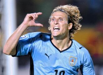 Diego Forl�n, en un partido con Uruguay.