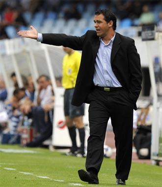 Luis Garc�a Plaza dando indicaciones durante un partido
