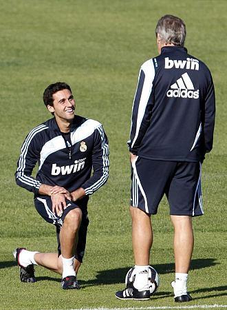 Arbeloa dialoga con Pellegrini durante una sesión de entrenamiento en Valdebebas.