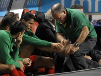 Cristiano Ronaldo, atendido por el m�dico de la selecci�n portuguesa.