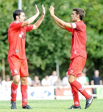 Xabi Prieto celebra con Agirretxe uno de los goles de la pretemporada de la Real Sociedad