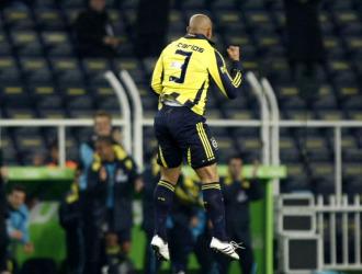 Roberto Carlos celebra un gol con el Fenerbahce