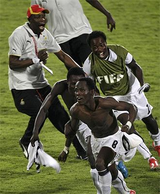 Agyemang-Badu celebra el penalti decisivo.