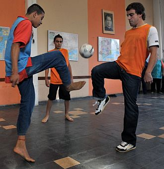 Alonso juega al fútbol con un niño brasileño.