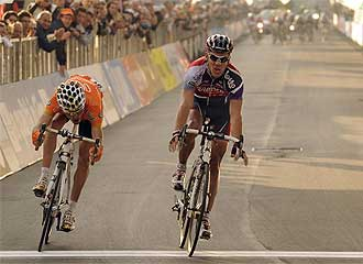 Philippe Gilbert supera a Samuel Sánchez sobre la misma línea de meta.