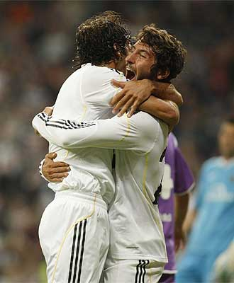 Ra�l se abraza a Granero tras uno de los goles del '7' blanco.