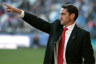 Manolo Jiménez da instrucciones durante el partido ante el Depor