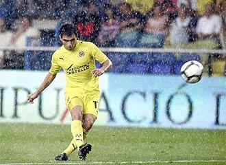Ibagaza golpea el balón durante un encuentro.