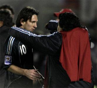 Maradona celebra con Messi la clasificación argentina para el Mundial 2010.