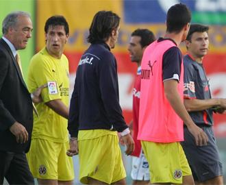 Momento en el que Pires, con sudadera, se dirige a Rubinos Pérez.