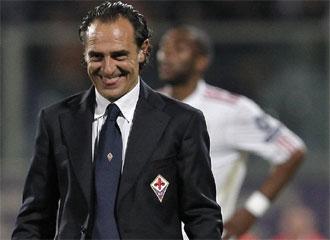 Cesare Prandelli sonríe tras la victoria de la Fiorentina ante el Liverpool