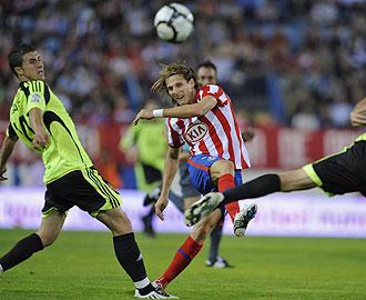 Diego Forlan jugando contra el Zaragoza