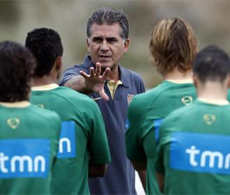 Queiroz da instrucciones a los jugadores de la selecci�n portuguesa.