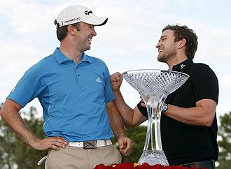 Justin Timberlake entregando el trofeo a Martin Laird