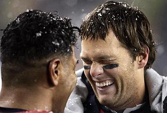Tom Brady bromeando con su compa�ero Junior Seau