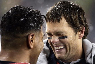 Tom Brady bromeando con su compañero Junior Seau