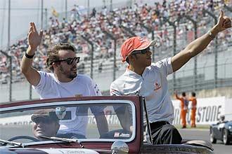 Alonso y Hamilton saludan al público en Japón.