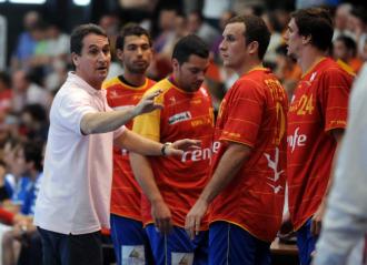 Valero Rivera da instrucciones a sus hombres durante un partido de la selección.