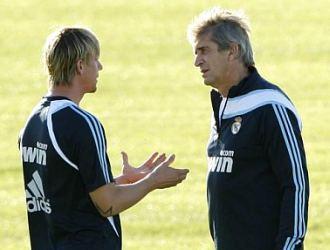 Guti conversa con Pellegrini durante un entrenamiento, la semana pasada, en Valdebebas.