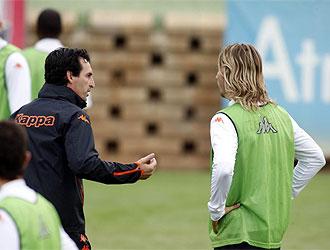 Emery habla con Alexis durante el entrenamiento.