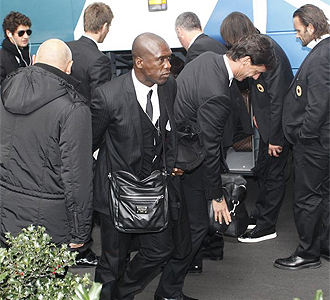 Seedorf junto al resto de la expedición del Milan