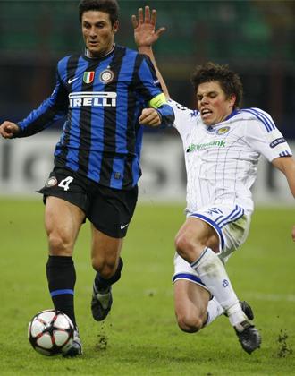 Vukojevic intenta cortar el avance de Zanetti.
