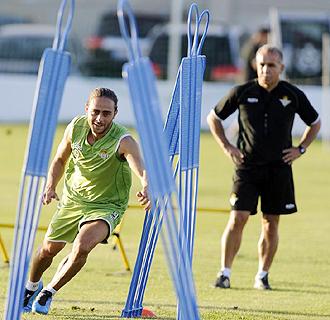 Antonio Tapia, en la foto observando un ejercicio de Sergio Garc�a durante un entrenamiento de esta temporada, tendr� la duda del catal�n hasta el final