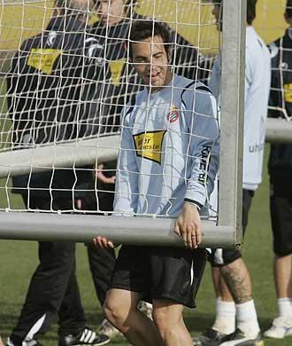 David García ayuda a trasladar una portería en un entrenamiento del Espanyol