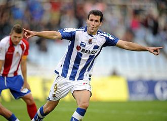 Agirretxe celebra el gol conseguido esta temporada ante el Girona en Anoeta
