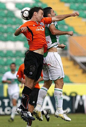 Murillo, en la foto peleando por un bal�n en el partido ante el Elche, volvi� a los entrenamientos del Salamanca con todo el grupo