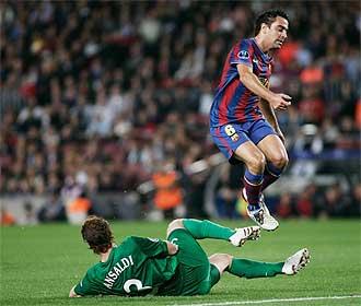 Xavi salta por encima de un rival del Rubin Kazan.