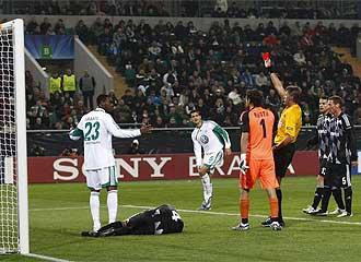 Gafite ve la roja tras agredir a un jugador del Besiktas.