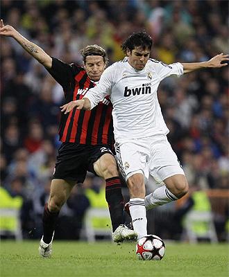 Kaká cubre el balón ante Ambrosini